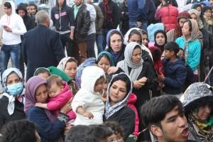 """Οι οργανώσεις """"Ο Άλλος Άνθρωπος"""" και η """"Κοινωνική Κουζίνα Σενεγάλης"""" προσφέρουν φαγητό σε πρόσφυγες στο πρώην δυτικό αεροδρόμιο στο Ελληνικό, Καθαρά Δευτέρα 14 Μαρτίου 2016. ΑΠΕ-ΜΠΕ/ ΑΠΕ-ΜΠΕ/ ΠΑΝΤΕΛΗΣ ΣΑΪΤΑΣ"""