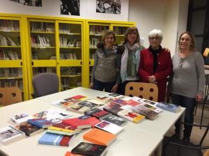 Da sinistra, Francesca Tinelli di Gorla, Francesca Poli, Giuliana Peyronel e Mirella Morisi nella Biblioteca della Casa delle donne con i 40 libri donati