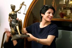 Nasrin Sotoudeh, 55 anni, con in mano la statua della Giustizia con la spada nella mano destra e la bilancia nella sinistra