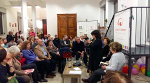 La scrittrice Maria Attanasio (al microfono), alla sua sinistra Maria Luisa Betri, professoressa ordinaria di Storia Contemporanea all'Università degli Studi di Milano