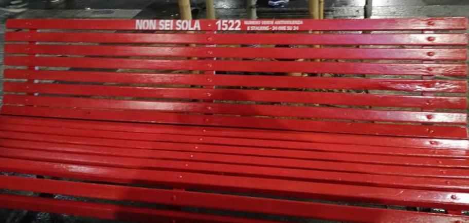 Una nuova panchina rossa in Corso Garibaldi 79 a Milano